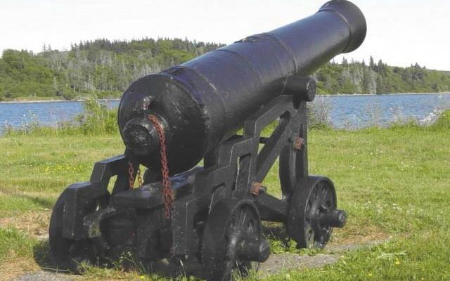 Fort Point: cast iron cannon -6