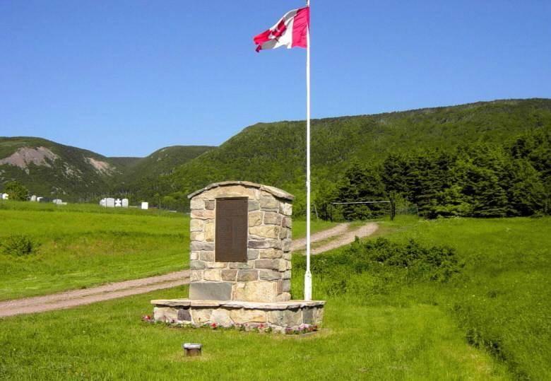 St. Margarets Village: war memorial monument -1